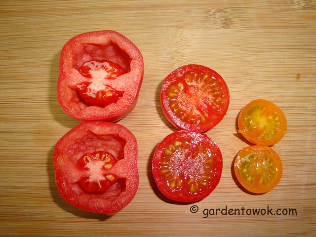 cross section of tomatoes (06564)